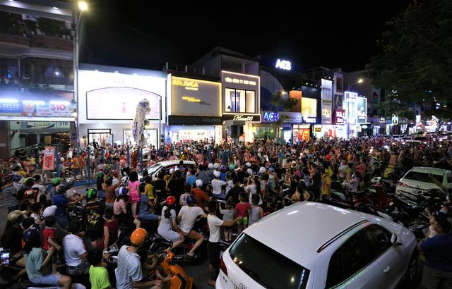 Người dân Đà Nẵng nô nức xuống đường xem múa Lân trước Tết Trung thu, giao thông ùn tắc - Ảnh 2.