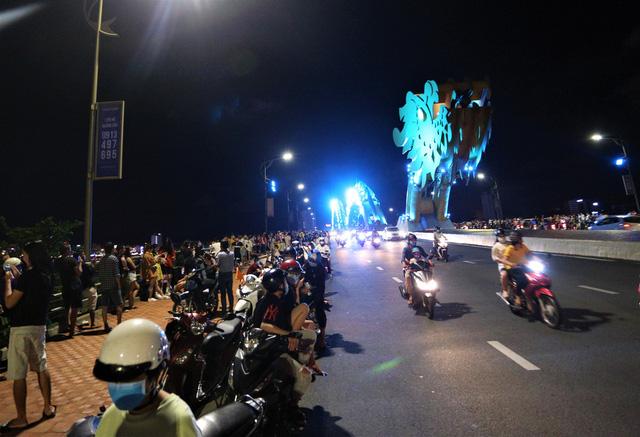 Người dân Đà Nẵng nô nức xuống đường xem múa Lân trước Tết Trung thu, giao thông ùn tắc - Ảnh 15.