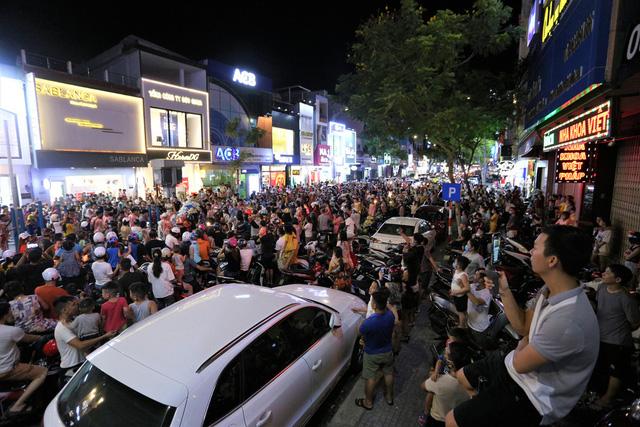 Người dân Đà Nẵng nô nức xuống đường xem múa Lân trước Tết Trung thu, giao thông ùn tắc - Ảnh 6.