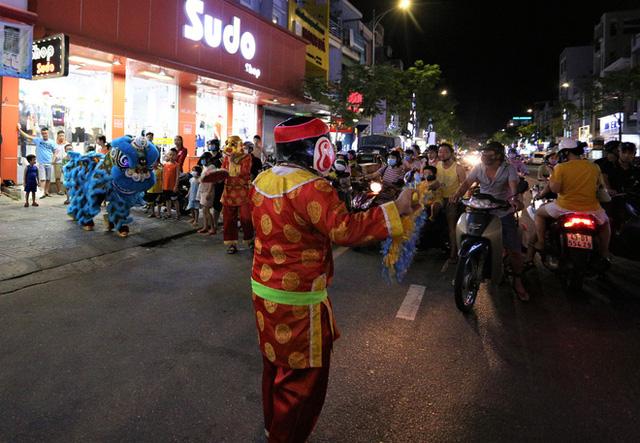 Người dân Đà Nẵng nô nức xuống đường xem múa Lân trước Tết Trung thu, giao thông ùn tắc - Ảnh 10.