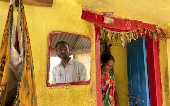 Cuộc sống nghèo đói cùng cực của hàng triệu người trẻ Ấn Độ vì Covid-19: Kỹ sư, thạc sỹ kinh doanh phải đi cuốc đất thuê kiếm sống