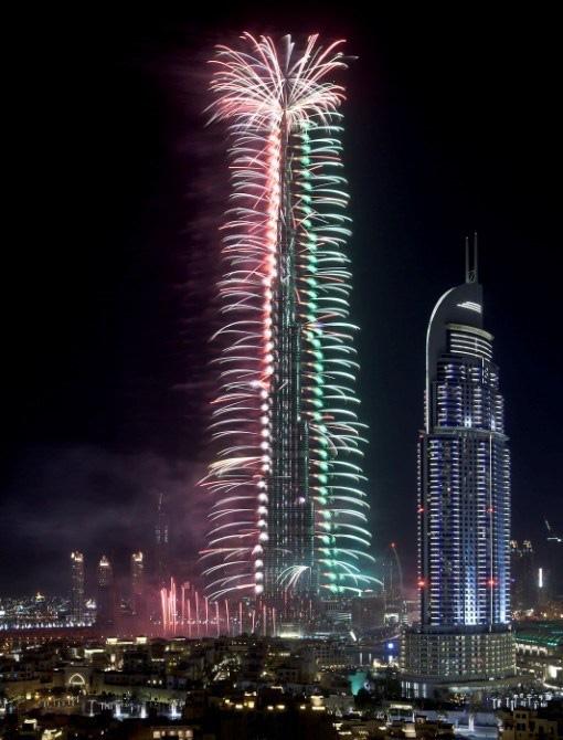 Quốc kỳ Việt Nam tung bay trên tòa tháp cao nhất thế giới Burj Khalifa  - Ảnh 2.