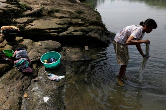 Sông ở Indonesia chết dần vì rác thải y tế Covid-19 - Ảnh 1.