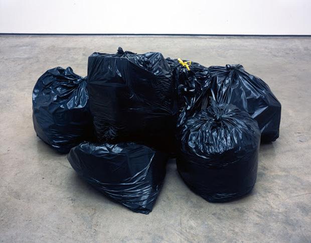 Tác phẩm nghệ thuật trông như túi rác viral khắp MXH sau khi được đăng bán, không ít dân mạng đùa cợt nhưng giá lên đến cả tỷ đồng - Ảnh 3.
