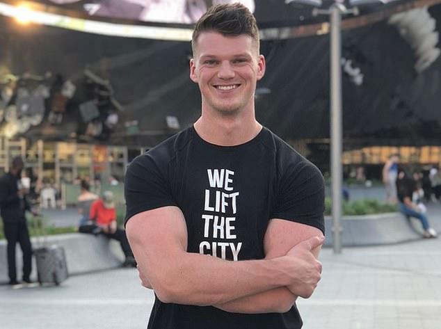 Chàng trai 28 tuổi xây dựng đế chế 1,3 tỷ USD từ những chiếc áo thun thể dục tự may: Luôn khiêm tốn và tích cực dùng mạng xã hội - Ảnh 2.