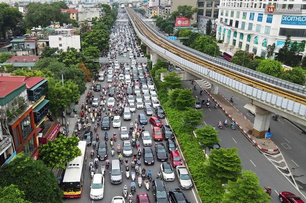 Ảnh: Hà Nội trở lại những ngày ùn tắc từ ngõ ra đường lớn sau khi học sinh sinh viên tựu trường, người dân mệt nhoài vào mỗi giờ cao điểm  - Ảnh 2.