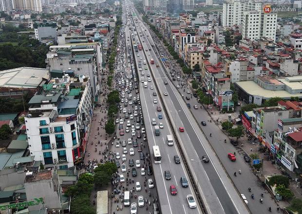 Ảnh: Hà Nội trở lại những ngày ùn tắc từ ngõ ra đường lớn sau khi học sinh sinh viên tựu trường, người dân mệt nhoài vào mỗi giờ cao điểm  - Ảnh 11.