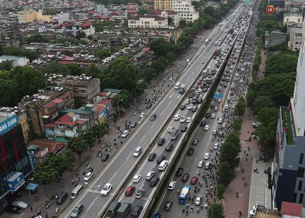 Ảnh: Hà Nội trở lại những ngày ùn tắc từ ngõ ra đường lớn sau khi học sinh sinh viên tựu trường, người dân mệt nhoài vào mỗi giờ cao điểm  - Ảnh 12.