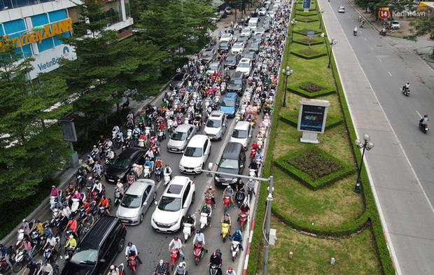 Ảnh: Hà Nội trở lại những ngày ùn tắc từ ngõ ra đường lớn sau khi học sinh sinh viên tựu trường, người dân mệt nhoài vào mỗi giờ cao điểm  - Ảnh 13.
