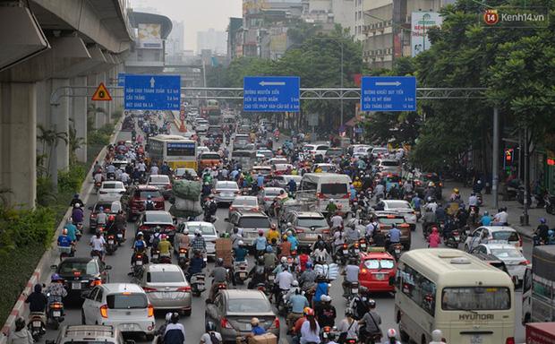 Ảnh: Hà Nội trở lại những ngày ùn tắc từ ngõ ra đường lớn sau khi học sinh sinh viên tựu trường, người dân mệt nhoài vào mỗi giờ cao điểm  - Ảnh 15.