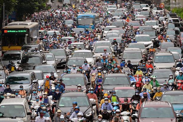 Ảnh: Hà Nội trở lại những ngày ùn tắc từ ngõ ra đường lớn sau khi học sinh sinh viên tựu trường, người dân mệt nhoài vào mỗi giờ cao điểm  - Ảnh 18.