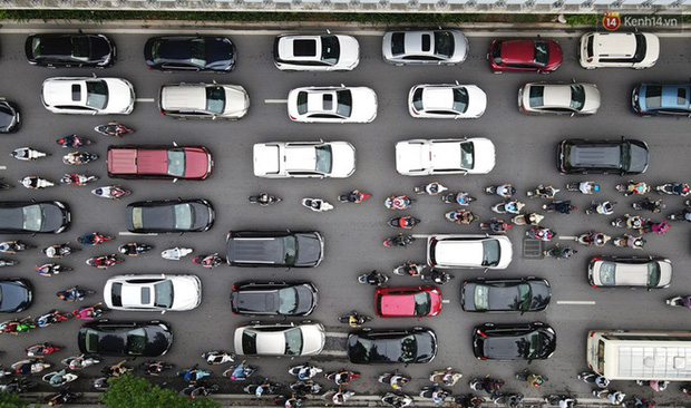 Ảnh: Hà Nội trở lại những ngày ùn tắc từ ngõ ra đường lớn sau khi học sinh sinh viên tựu trường, người dân mệt nhoài vào mỗi giờ cao điểm  - Ảnh 4.