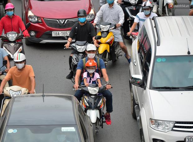 Ảnh: Hà Nội trở lại những ngày ùn tắc từ ngõ ra đường lớn sau khi học sinh sinh viên tựu trường, người dân mệt nhoài vào mỗi giờ cao điểm  - Ảnh 7.