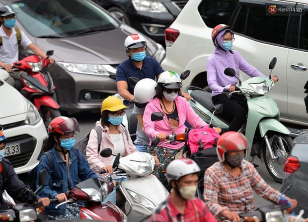 Ảnh: Hà Nội trở lại những ngày ùn tắc từ ngõ ra đường lớn sau khi học sinh sinh viên tựu trường, người dân mệt nhoài vào mỗi giờ cao điểm  - Ảnh 9.