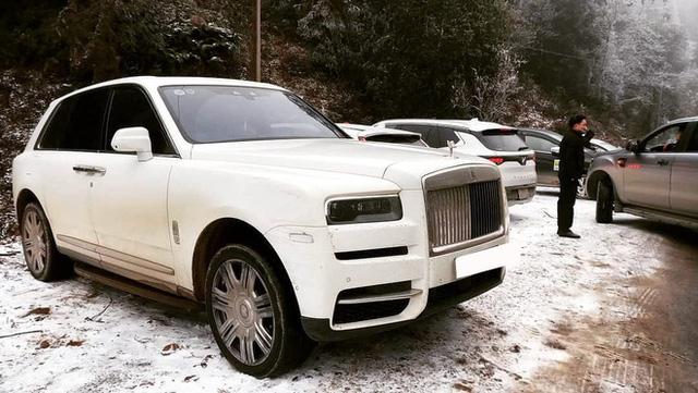Đại gia mang Rolls-Royce Cullinan 40 tỷ vượt đường tuyết lên Lào Cai bất chấp nhiều xe từng gặp nạn do trơn trượt  - Ảnh 1.