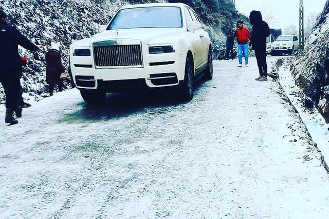 Đại gia mang Rolls-Royce Cullinan 40 tỷ vượt đường tuyết lên Lào Cai bất chấp nhiều xe từng gặp nạn do trơn trượt  - Ảnh 2.