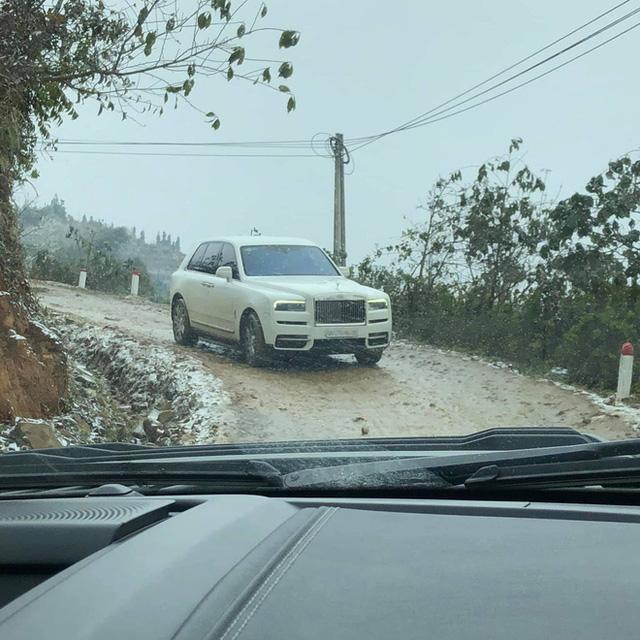 Đại gia mang Rolls-Royce Cullinan 40 tỷ vượt đường tuyết lên Lào Cai bất chấp nhiều xe từng gặp nạn do trơn trượt  - Ảnh 3.