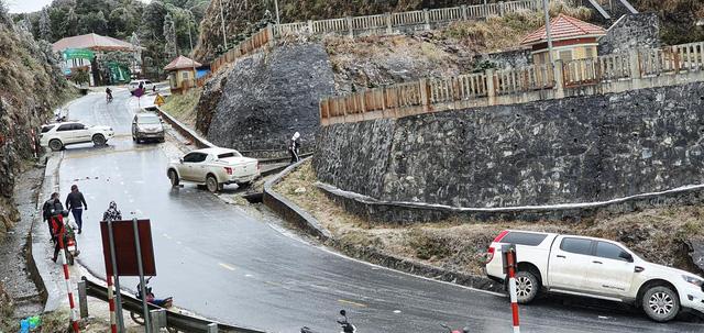 Đại gia mang Rolls-Royce Cullinan 40 tỷ vượt đường tuyết lên Lào Cai bất chấp nhiều xe từng gặp nạn do trơn trượt  - Ảnh 5.