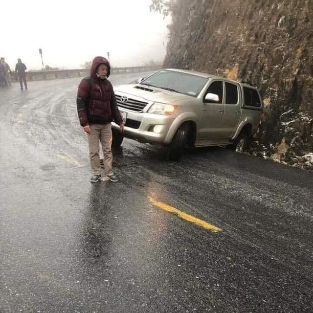 Đại gia mang Rolls-Royce Cullinan 40 tỷ vượt đường tuyết lên Lào Cai bất chấp nhiều xe từng gặp nạn do trơn trượt  - Ảnh 7.