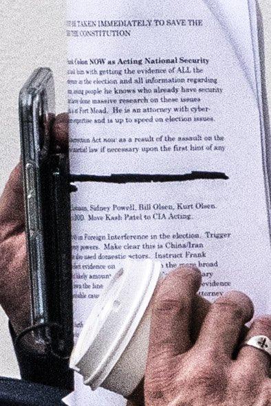 Sát lễ nhậm chức của ông Biden, người ủng hộ TT Trump đến Nhà Trắng, mang tài liệu nhắc đến Luật Nổi dậy - Ảnh 1.