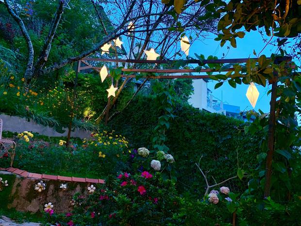 Rời Sài Gòn, cặp vợ chồng lên Đà Lạt xây ngôi nhà hướng mặt ra thung lũng, nhìn vườn hoa đào đẹp như cổ tích mà mê mệt - Ảnh 7.