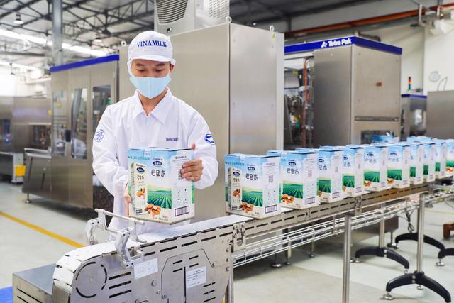 """Vinamilk """"xông đất"""" 2021 với lô hàng lớn gồm sữa hạt và sữa đặc xuất khẩu đi Trung Quốc  - Ảnh 1."""