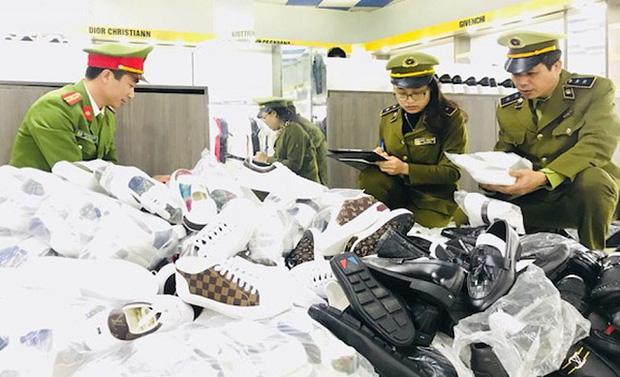 Thu giữ thêm hơn 5.000 sản phẩm giả thương hiệu nổi tiếng tại cửa hàng thời trang AE Shop Việt Nam, cơ sở Hà Nội và Bắc Giang - Ảnh 1.
