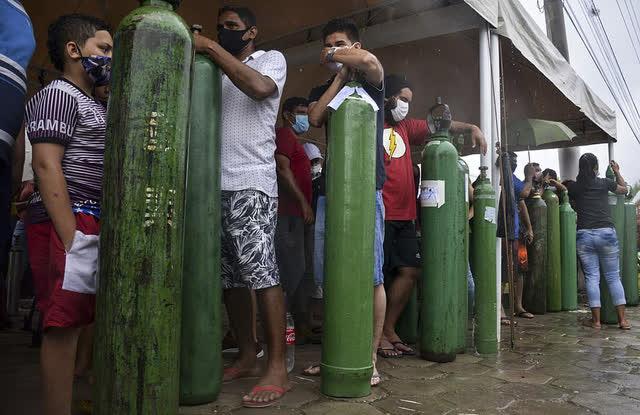 Giữa mùa dịch Covid, người Brazil chen chúc xếp hàng mua bình oxy, bệnh viện thiếu vật tư trầm trọng - Ảnh 1.