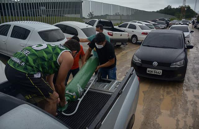 Giữa mùa dịch Covid, người Brazil chen chúc xếp hàng mua bình oxy, bệnh viện thiếu vật tư trầm trọng - Ảnh 3.