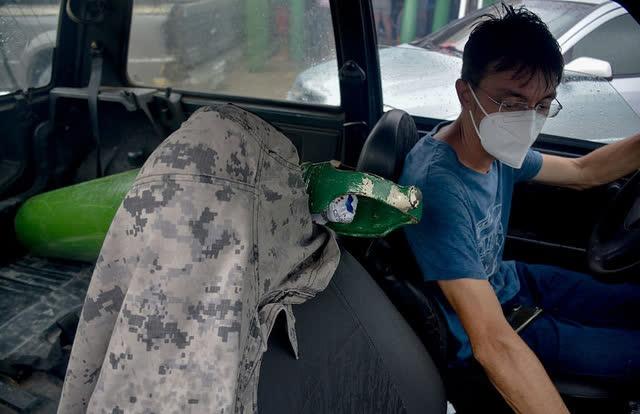 Giữa mùa dịch Covid, người Brazil chen chúc xếp hàng mua bình oxy, bệnh viện thiếu vật tư trầm trọng - Ảnh 4.