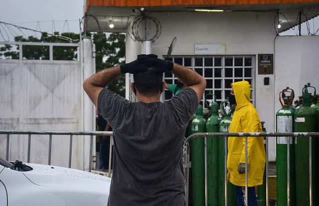 Giữa mùa dịch Covid, người Brazil chen chúc xếp hàng mua bình oxy, bệnh viện thiếu vật tư trầm trọng - Ảnh 5.