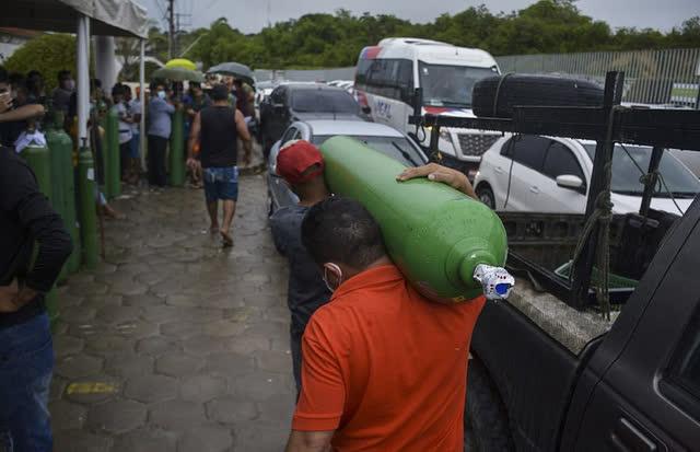 Giữa mùa dịch Covid, người Brazil chen chúc xếp hàng mua bình oxy, bệnh viện thiếu vật tư trầm trọng - Ảnh 6.