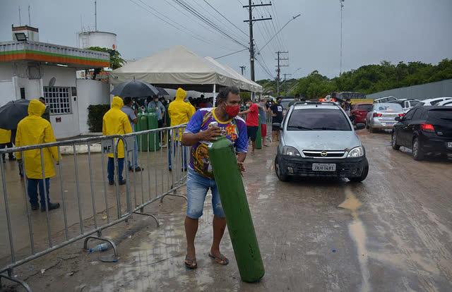 Giữa mùa dịch Covid, người Brazil chen chúc xếp hàng mua bình oxy, bệnh viện thiếu vật tư trầm trọng - Ảnh 7.