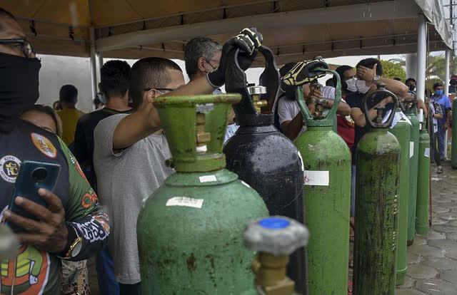 Giữa mùa dịch Covid, người Brazil chen chúc xếp hàng mua bình oxy, bệnh viện thiếu vật tư trầm trọng - Ảnh 8.