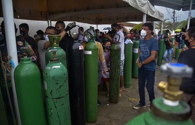 Giữa mùa dịch Covid, người Brazil chen chúc xếp hàng mua bình oxy, bệnh viện thiếu vật tư trầm trọng - Ảnh 9.