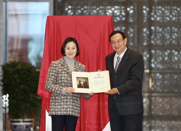 Hà Siêu Quỳnh và bà Tư thực hiện di nguyện của Vua sòng bài Macau, mang tượng đồng đầu ngựa 202 tỷ đồng hồi hương sau 160 năm - Ảnh 2.