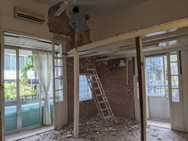 Chàng kiến trúc sư cải tạo căn hộ Pháp cổ, không gian tối giản nhưng sáng thoáng ngỡ ngàng - Ảnh 2.