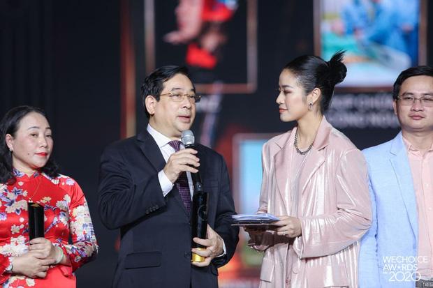 PGS.TS Lương Ngọc Khuê tại Gala WeChoice Awards: Trên thế giới cứ 8s có 1 người chết vì Covid-19, giờ phút này, được đứng ở đây là 1 niềm hạnh phúc - Ảnh 1.