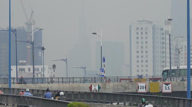 Nhiều tòa nhà cao tầng ở TP HCM biến mất trong màn sương  - Ảnh 4.