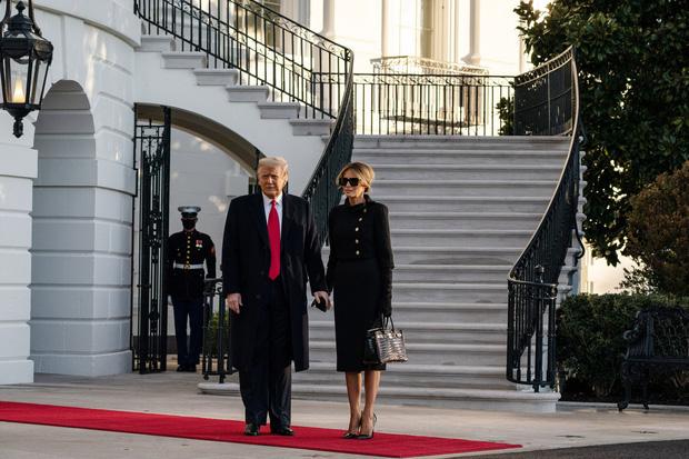 Mới chủ động nắm tay chồng cùng nhau rời Nhà Trắng, phu nhân Melania Trump lại có hành động khó hiểu tại sân bay gây bàn tán xôn xao - Ảnh 2.