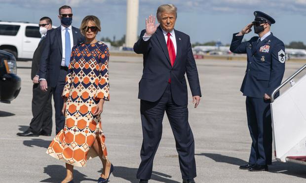 Mới chủ động nắm tay chồng cùng nhau rời Nhà Trắng, phu nhân Melania Trump lại có hành động khó hiểu tại sân bay gây bàn tán xôn xao - Ảnh 7.