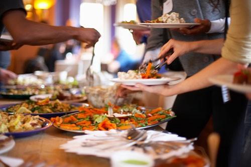 Dân kinh doanh tiệc buffet cuối năm làm gì với bài toán khó: Khách lấy nhiều đồ nhưng ăn không hết cũng không thể phạt tiền? - Ảnh 2.