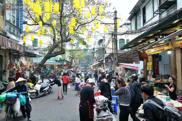 """Gà cánh tiên """"hút khách"""" trong phiên chợ Rằm cuối năm giữa phố Hà Nội: Chủ quán luộc gà gấp rút, shipper giao mỏi chân không kịp - Ảnh 1."""