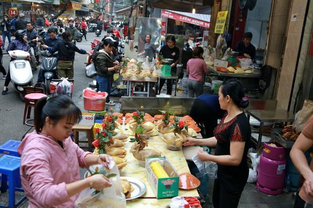 """Gà cánh tiên """"hút khách"""" trong phiên chợ Rằm cuối năm giữa phố Hà Nội: Chủ quán luộc gà gấp rút, shipper giao mỏi chân không kịp - Ảnh 2."""