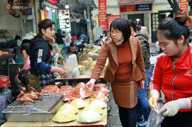 """Gà cánh tiên """"hút khách"""" trong phiên chợ Rằm cuối năm giữa phố Hà Nội: Chủ quán luộc gà gấp rút, shipper giao mỏi chân không kịp - Ảnh 11."""