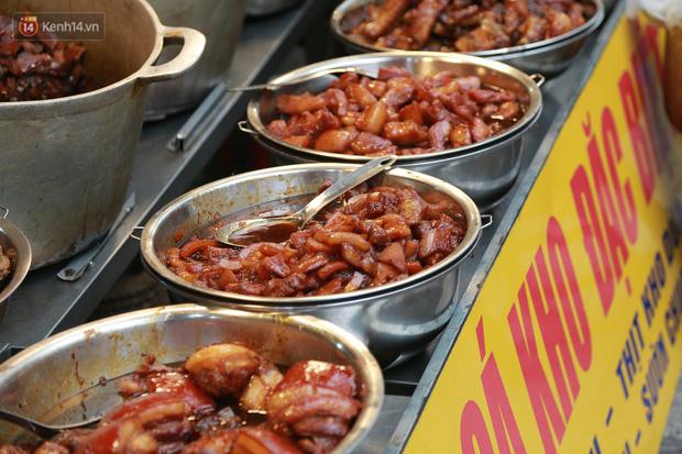 """Gà cánh tiên """"hút khách"""" trong phiên chợ Rằm cuối năm giữa phố Hà Nội: Chủ quán luộc gà gấp rút, shipper giao mỏi chân không kịp - Ảnh 13."""
