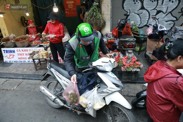 """Gà cánh tiên """"hút khách"""" trong phiên chợ Rằm cuối năm giữa phố Hà Nội: Chủ quán luộc gà gấp rút, shipper giao mỏi chân không kịp - Ảnh 15."""