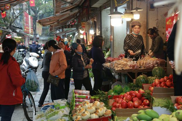 """Gà cánh tiên """"hút khách"""" trong phiên chợ Rằm cuối năm giữa phố Hà Nội: Chủ quán luộc gà gấp rút, shipper giao mỏi chân không kịp - Ảnh 16."""