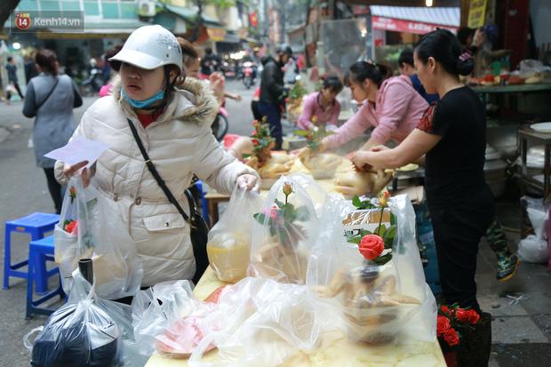 """Gà cánh tiên """"hút khách"""" trong phiên chợ Rằm cuối năm giữa phố Hà Nội: Chủ quán luộc gà gấp rút, shipper giao mỏi chân không kịp - Ảnh 5."""