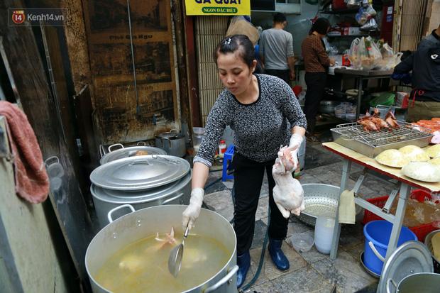 """Gà cánh tiên """"hút khách"""" trong phiên chợ Rằm cuối năm giữa phố Hà Nội: Chủ quán luộc gà gấp rút, shipper giao mỏi chân không kịp - Ảnh 7."""